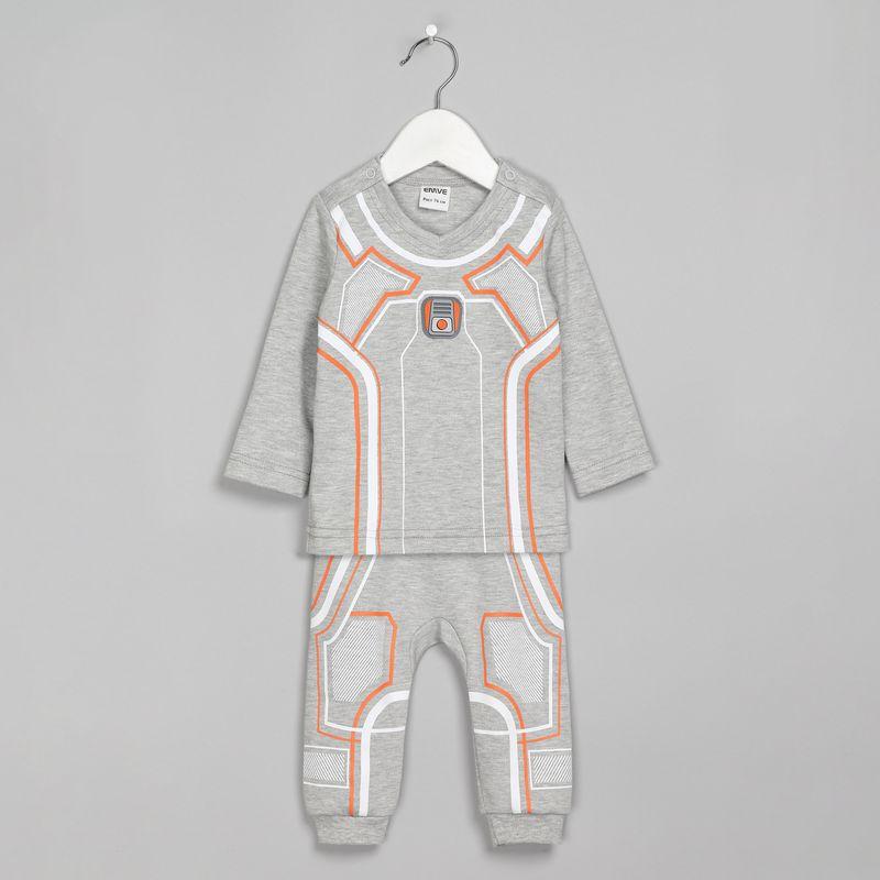 Спортивный костюм для мальчика Ёмаё, цвет: серый. 29-224. Размер 6829-224Оригинальный костюм, состоящий из кофточки и брючек, выполнен из ткани интерлок. Спереди на кофточке и брючках имеется оригинальный принт в космическом стиле. Обратная сторона костюма – в однотонном цвете. Кофточка с застежкой на кнопки на плечах, имеет V-образный вырез горловины. Брючки с широким и удобным поясом, благодаря которому не сдавливается животик ребенка. Очень удобная и практичная модель, которую можно носить как дома, так и на выход. Модель рассчитана на демисезонный период.