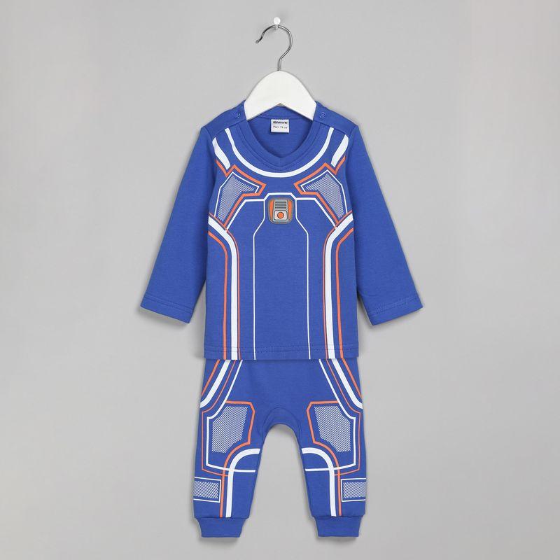 Спортивный костюм для мальчика Ёмаё, цвет: синий. 29-224. Размер 6229-224Оригинальный спортивный костюм от Ёмаё, состоящий из кофточки и брючек, выполнен из ткани интерлок. Спереди на кофточке и брючках имеется оригинальный принт в космическом стиле. Обратная сторона костюма – в однотонном цвете. Кофточка с застежкой на кнопки на плечах, имеет V-образный вырез горловины. Брючки с широким и удобным поясом, благодаря которому не сдавливается животик ребенка. Очень удобная и практичная модель, которую можно носить как дома, так и на выход.