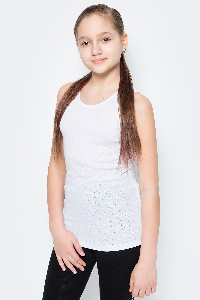 Футболка для девочки Button Blue, цвет: белый. 118BBGU90020200. Размер 116118BBGU90020200Удобная и комфортная нижняя майка незаменима в прохладное время года. Модель на 95% состоит из хлопка, имеет классическую форму и сшита из ткани белого цвета. Чтобы позаботиться о тепле ребенка, можно купить дешево майку для девочки, которую та сможет носить практически под любую верхнюю одежду.
