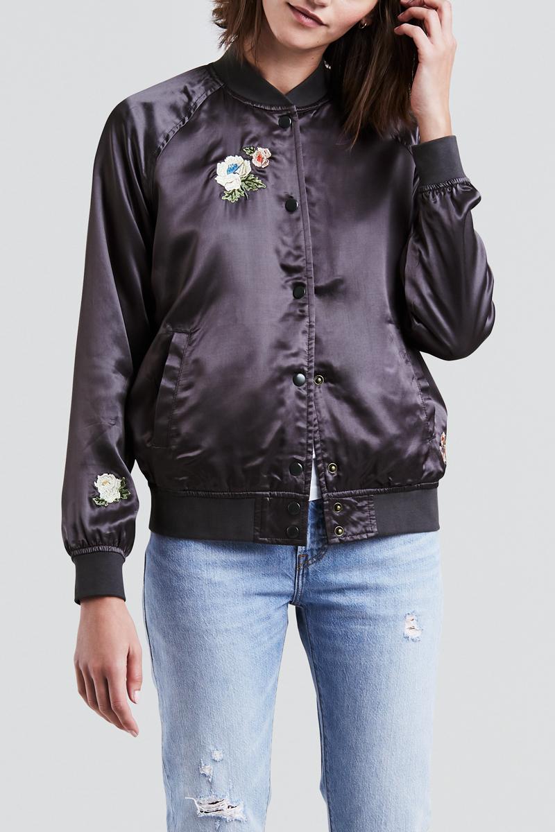 Куртка женская Levis®, цвет: черный. 3946600000. Размер S (42/44)3946600000Куртка женская на молнии выполнена из блестящей сатиновой ткани. Модель с воротником стойкой застегивается на кнопки. Дополнено изделие оригинальными вышивками.