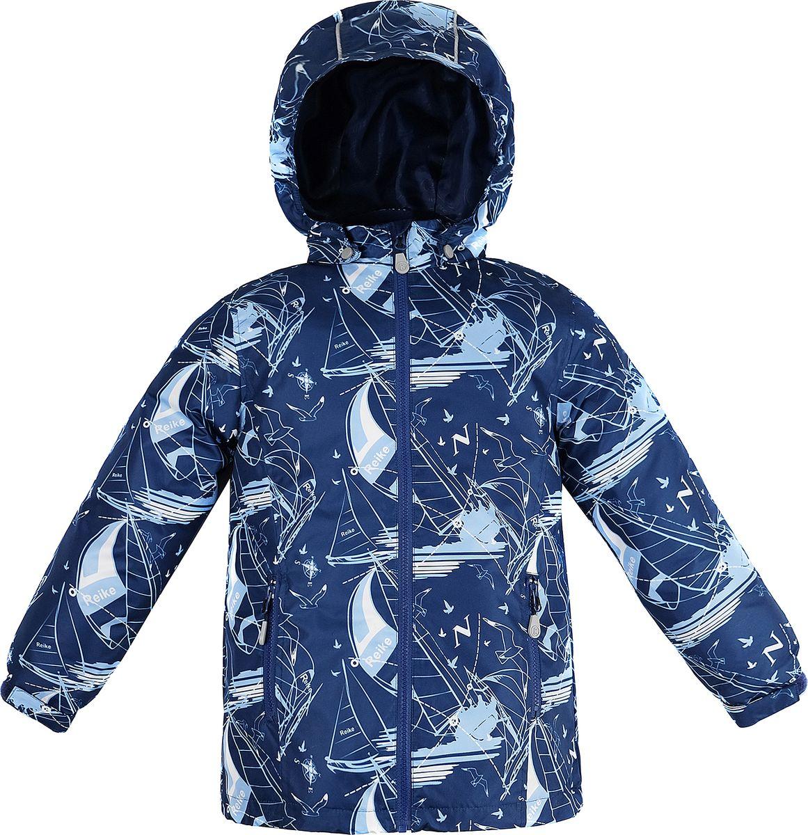 Куртка для мальчика Reike, цвет: темно-синий. 40 900 115_YAHT(FL) navy. Размер 152, 12 лет40 900 115_YAHT(FL) navyКуртка для мальчика Reike Yachting выполнена из ветрозащитного, водоотталкивающего и дышащего мембранного материала, декорированного принтом с морской тематикой. Подкладка - микрофлис. Рукава на резинке дополнительно регулируются с помощью липучек. Модель имеет съемный капюшон с козырьком, два боковых кармана на молнии и светоотражающие элементы. Базовый уровень. Коэффициент воздухопроницаемости куртки 2000гр/м2/24 ч. Водоотталкивающее покрытие: 2000 мм. Без утеплителя. Посадка: плюс 6.
