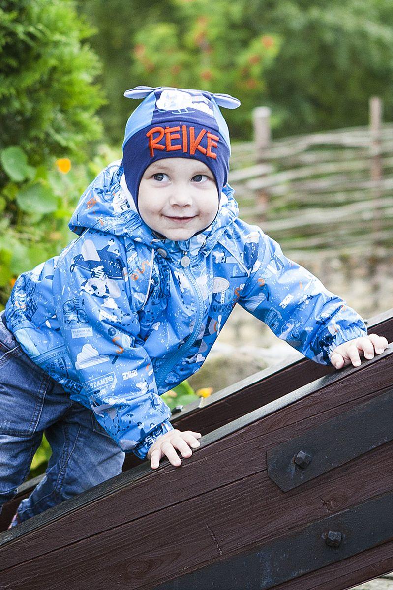 Куртка детская Reike, цвет: синий. 40 107 010_TRV(80) blue. Размер 92, 2 года40 107 010_TRV(80) blueКуртка для мальчика Reike Travelling из ветрозащитного, водоотталкивающего и дышащего материала с ярким принтом. Выполнена на хлопковой подкладке с комфортными велюровыми вставками на воротнике и эластичных манжетах. Модель имеет съемный капюшон, два кармана на молнии и светоотражающие детали на груди и спине. Резинка внизу куртки, а также ветрозащитная планка вдоль молнии не допускают проникновения холодного воздуха. Базовый уровень. Коэффициент воздухопроницаемости 2000гр/м2/24 ч. Водоотталкивающее покрытие: 2000 мм. Утеплитель: Polyfill 80 гр. Посадка: в размер.