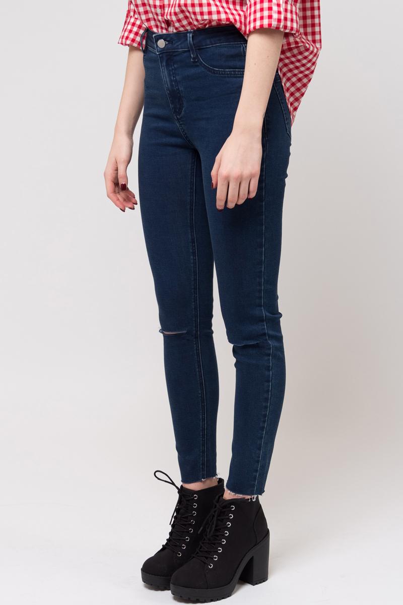 Джинсы женские Sela, цвет: синий джинс. PJ-335/781-8233. Размер 27-32 (42/44-32)PJ-335/781-8233Женские джинсы от Sela выполнены из высококачественного материала. Модель завышенной посадки застегивается на пуговицу в поясе и ширинку на застежке-молнии. Спереди джинсы дополнены двумя втачными карманами и одним накладным карманом, сзади - двумя накладными карманами. Низ штанин выполнен с эффектом необработанного края. Модель оформлена декоративными прорезями.