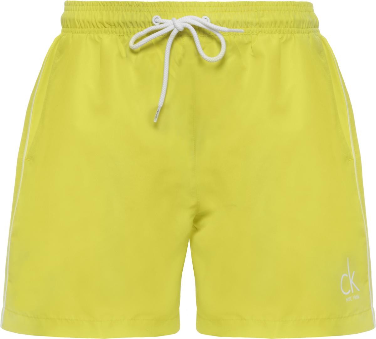 Шорты купальные мужские Calvin Klein Underwear, цвет: желтый. KM0KM00139. Размер M (48)KM0KM00139Шорты купальные мужские Calvin Klein Underwear выполнены из полиэстера. Модель дополнена затягивающимся шнурком.