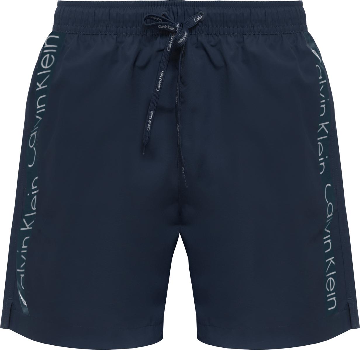 Шорты купальные мужские Calvin Klein Underwear, цвет: темно-синий. KM0KM00169. Размер M (48)KM0KM00169Шорты купальные мужские Calvin Klein Underwear выполнены из полиэстера. Модель дополнена затягивающимся шнурком.