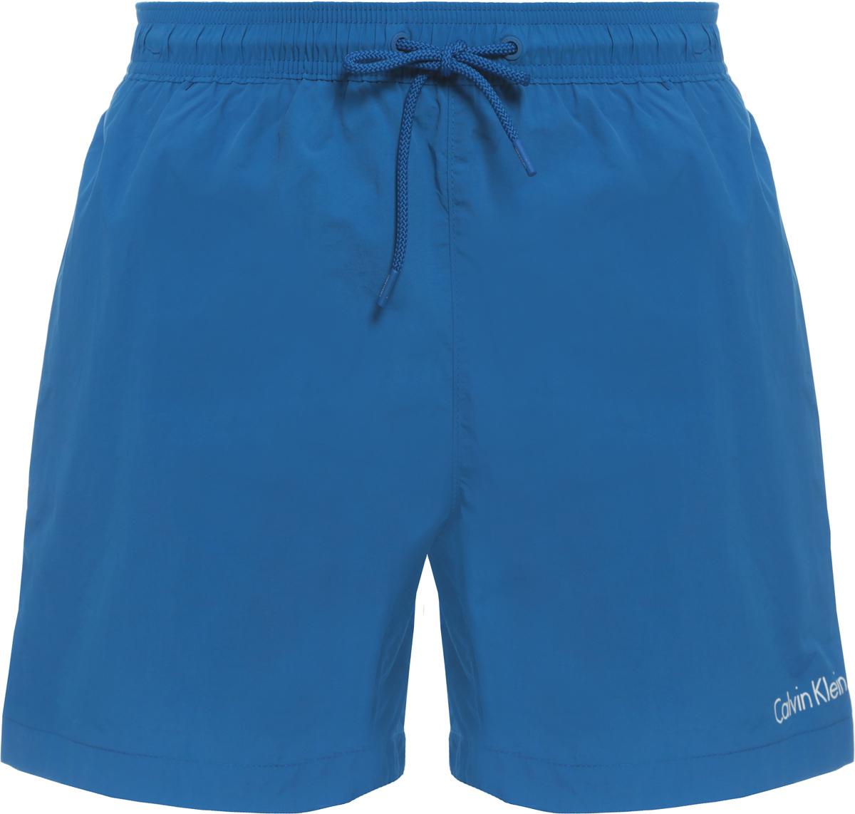 Шорты купальные мужские Calvin Klein Underwear, цвет: синий. KM0KM00163. Размер XL (52)KM0KM00163Шорты купальные мужские Calvin Klein Underwear выполнены из полиамида. Модель дополнена затягивающимся шнурком.