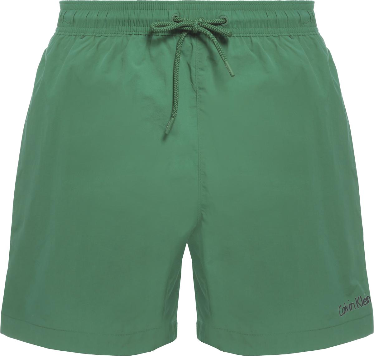 Шорты купальные мужские Calvin Klein Underwear, цвет: зеленый. KM0KM00163. Размер L (50)KM0KM00163Шорты купальные мужские Calvin Klein Underwear выполнены из полиамида. Модель дополнена затягивающимся шнурком.