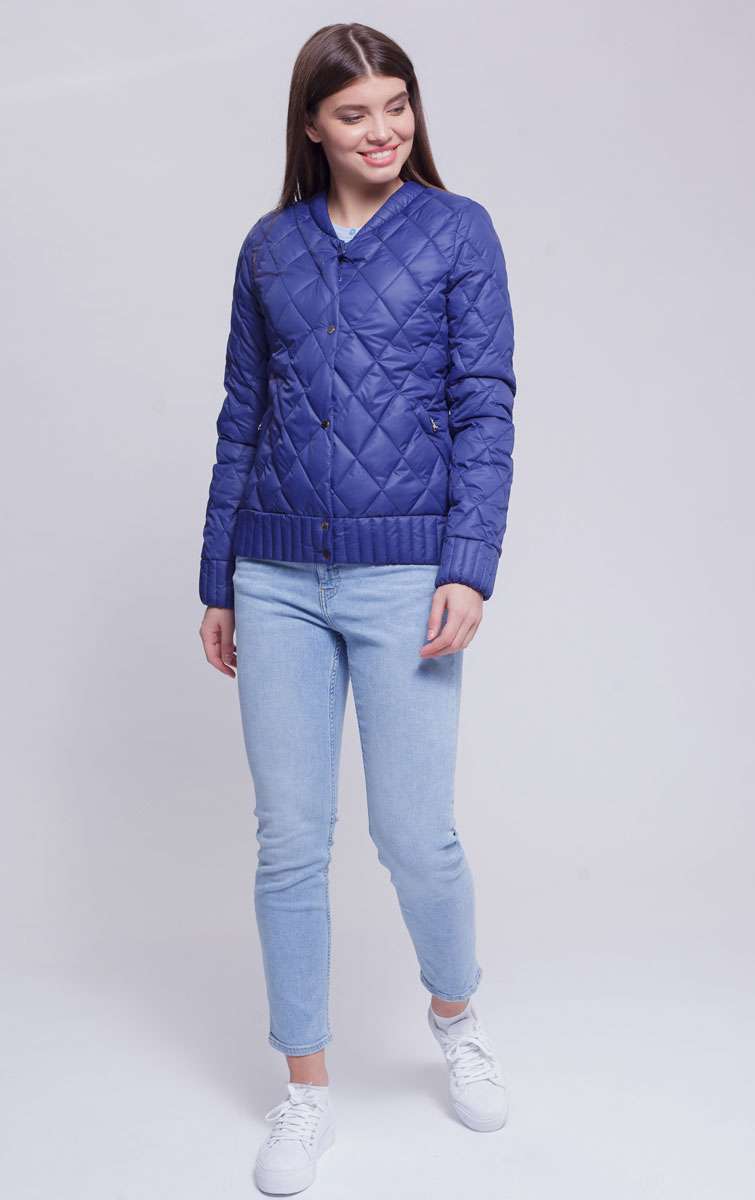 Куртка женская Ampir Style, цвет: темно-синий. 8923. Размер 488923Качественная и практичная куртка российского производства. Наполнитель - холлофайбер в пух-пакетах. Можно стирать в машинке, наполнитель не убежит. На модели 42 размер куртки, параметры модели 82х64х89, рост 175 см.