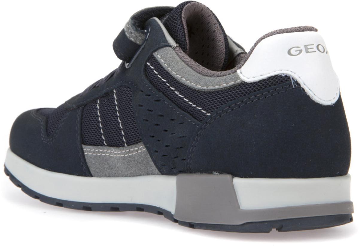 """Городские сникеры с подошвой, навеянной формой спортивной обуви для пробежек. Запатентованная перфорированная подошва обеспечивает максимальную воздухопроницаемость и комфорт. Подкладка из особой сетчатой ткани повышает воздухопроницаемость. Съемная """"дышащая"""" стелька из антибактериального материала, гарантирующая практичность в использовании и гигиеничность, с покрытием из нетоксичной кожи без содержания хрома обеспечивает комфорт и создает постоянное ощущение сухости ног. Подошва из термопластичной резины гарантирует отличное сцепление, легкость и долговечность. Наличие одного ремешка на липучке и шнуровки облегчает надевание."""