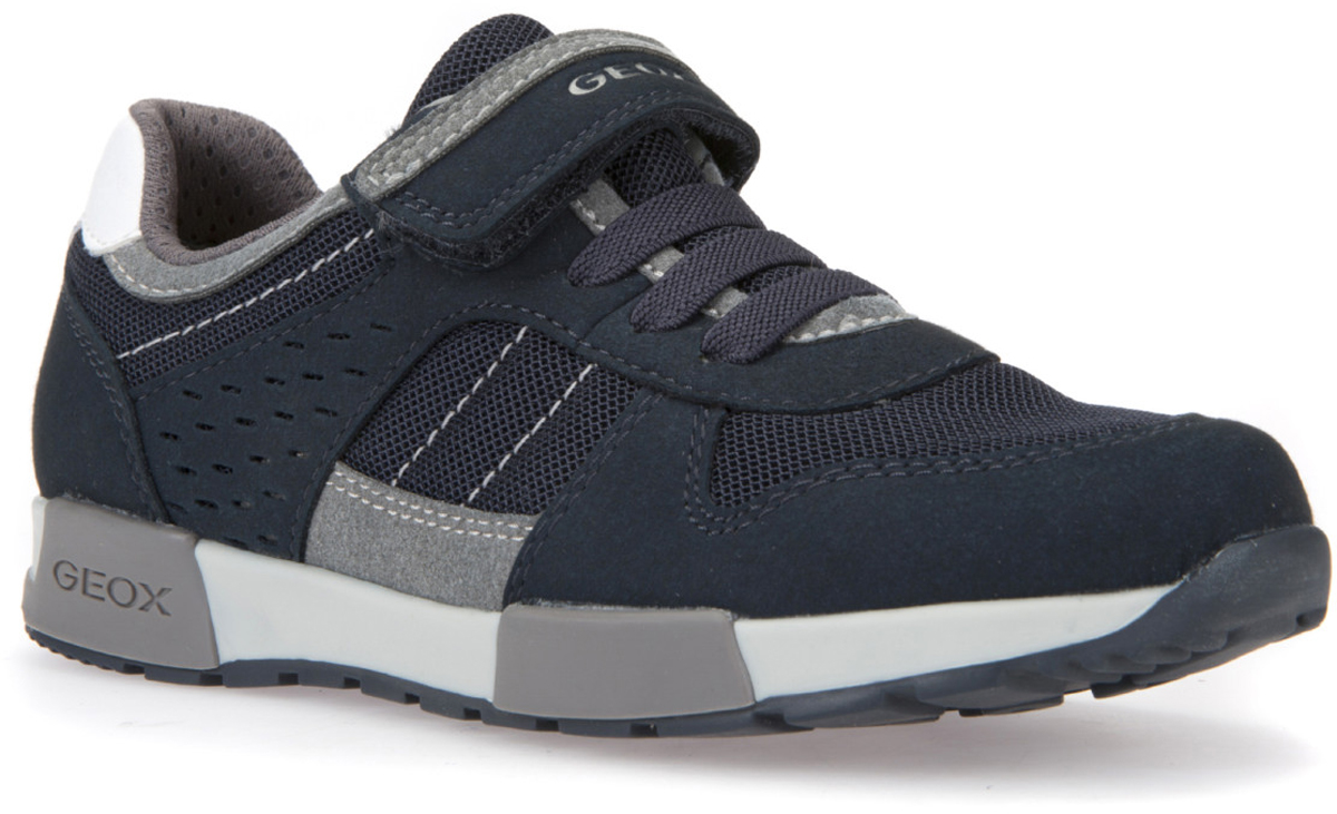 Кроссовки для мальчика Geox, цвет: темно-синий, серый. J826NA014AFC0661. Размер 35J826NA014AFC0661Городские сникеры с подошвой, навеянной формой спортивной обуви для пробежек. Запатентованная перфорированная подошва обеспечивает максимальную воздухопроницаемость и комфорт. Подкладка из особой сетчатой ткани повышает воздухопроницаемость. Съемная дышащая стелька из антибактериального материала, гарантирующая практичность в использовании и гигиеничность, с покрытием из нетоксичной кожи без содержания хрома обеспечивает комфорт и создает постоянное ощущение сухости ног. Подошва из термопластичной резины гарантирует отличное сцепление, легкость и долговечность. Наличие одного ремешка на липучке и шнуровки облегчает надевание.