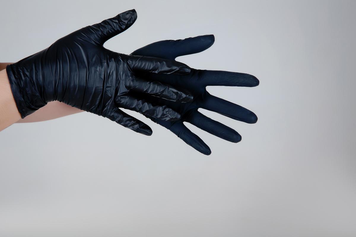 Benovy Перчатки нитриловые, цвет: черный, 100 шт. Размер L11675Одноразовые перчатки из нитрила надежно защищают руки от бактерий, грибков и различных химических веществ. Нитриловые перчатки термопластичные (прекрасно облегают руку при согревании до температуры тела), сверхчувствительные (улучшают захват инструментов), обладают повышенной прочностью и устойчивостью к проколам, растяжениям, химически активным составам, не вызывают аллергии. Размер L. В упаковке по 100 шт.