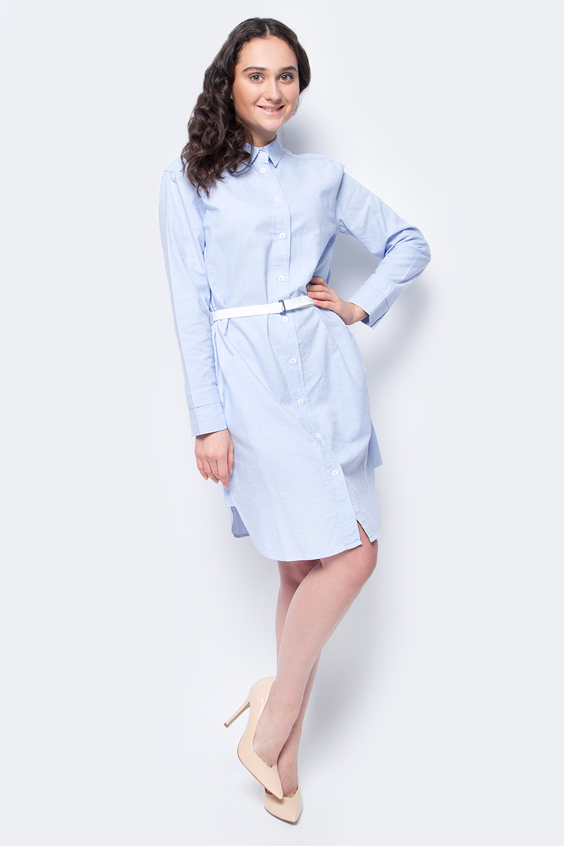 Платье United Colors of Benetton, цвет: голубой. 4AG65V8F4_902. Размер M (44/46)4AG65V8F4_902Платье-рубашка от United Colors of Benetton выполнено из натурального хлопка. Модель с длинными рукавами и отложным воротником застегивается на пуговицы, на талии дополнена ремешком.