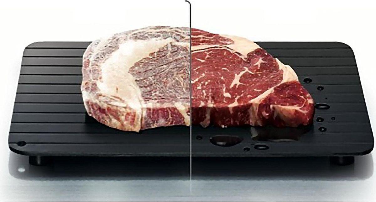 """Бывают случаи, когда нужно экстренно разморозить полуфабрикаты или мясо, но времени на медленное оттаивание катастрофически не хватает. Спасти положение поможет специальный поднос для быстрой разморозки продуктов. Металлическое приспособление не требует соединения с электросетью и совершенно не нуждается в батарейках: просто разложите заморозку на поверхности и ждите результата. Процесс разморозки ускоряется не менее,чем на 30%. Дополнительный """"бонус"""" полезного девайса - продольные желобки, удерживающие жидкость в пределах подноса. Кухонный стол останется чистым и опрятным!"""