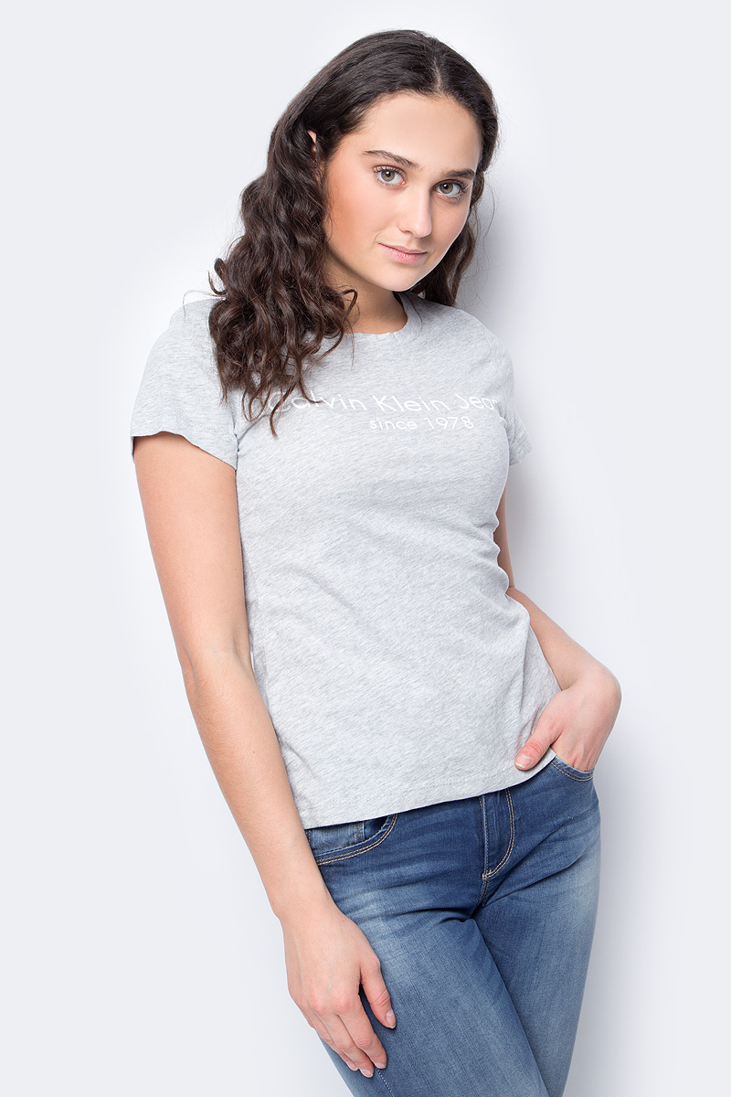 Футболка женская Calvin Klein Jeans, цвет: серый. J20J208341_0380. Размер S (42/44)J20J208341_0380Женская футболка Calvin Klein Jeans, выполненная из хлопка, поможет создать отличный современный образ в стиле Casual. Футболка с круглым вырезом горловины и короткими рукавами.Такая футболка станет стильным дополнением к вашему гардеробу, она подарит вам комфорт в течение всего дня!