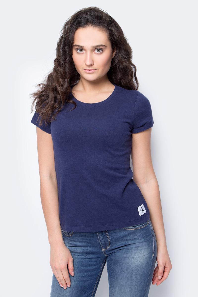 Футболка женская Calvin Klein Jeans, цвет: темно-синий. J20J206530_4960. Размер XS (40/42)J20J206530_4960Женская футболка Calvin Klein Jeans, выполненная из хлопка, поможет создать отличный современный образ в стиле Casual. Футболка с круглым вырезом горловины и короткими рукавами.Такая футболка станет стильным дополнением к вашему гардеробу, она подарит вам комфорт в течение всего дня!