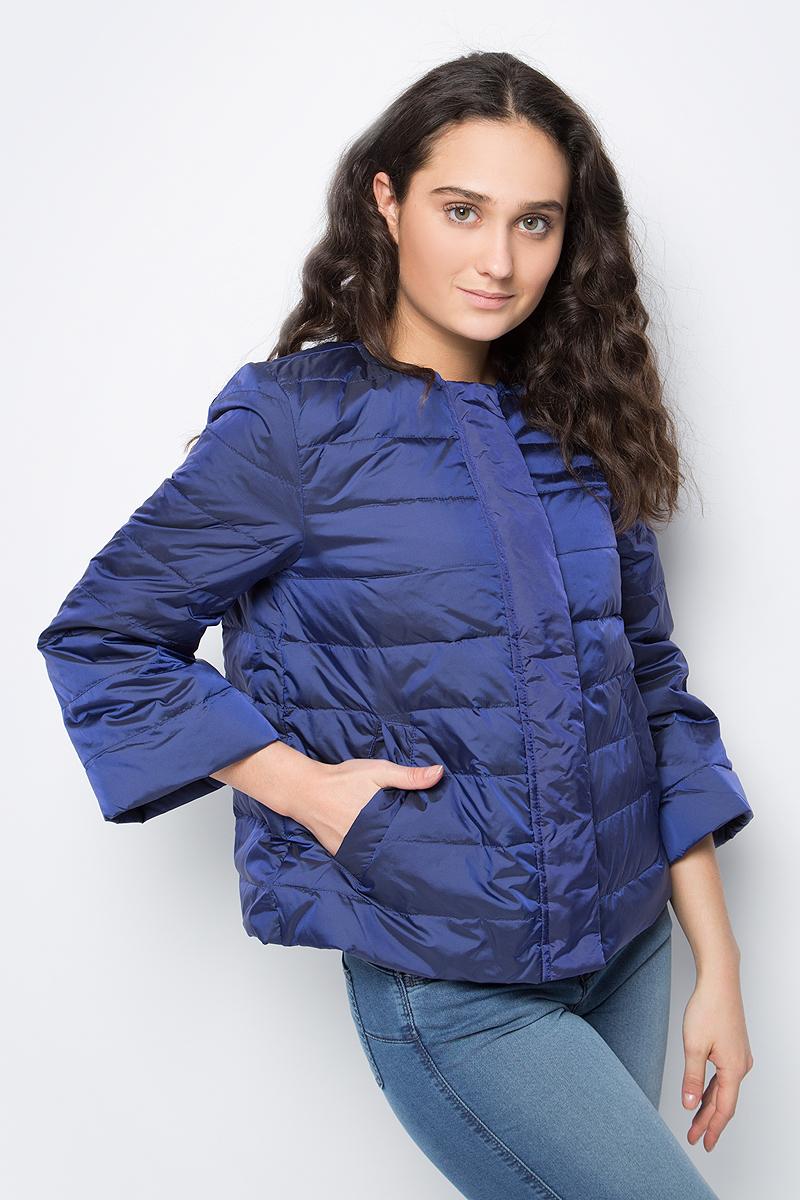Куртка женская United Colors of Benetton, цвет: синий. 2DA5533X4_7Z7. Размер 38 (40)2DA5533X4_7Z7Укороченная куртка от United Colors of Benetton выполнена из нейлона с утеплителем из пуха и пера. Модель с рукавами 3/4 и круглым вырезом горловины застегивается на молнию и ветрозащитный клапан на кнопках, по бокам дополнена втачными карманами.