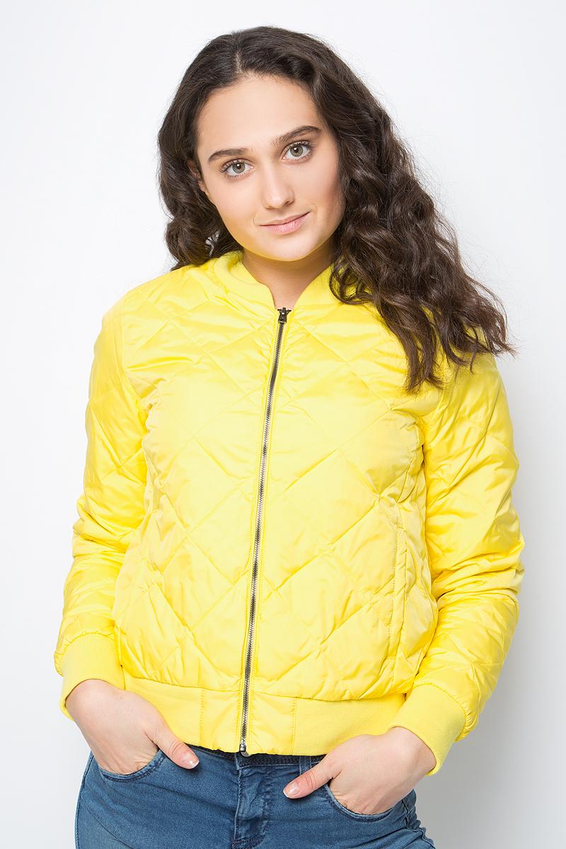 Куртка женская United Colors of Benetton, цвет: желтый. 2DA5533X3_35R. Размер 38 (40)2DA5533X3_35RСтеганая куртка-бомбер от United Colors of Benetton выполнена из нейлона с утеплителем из пуха и пера. Модель с длинными рукавами застегивается на металлическую молнию, по бокам дополнена втачными карманами. Манжеты рукавов, низ изделия и воротник выполнены из трикотажной резинки.