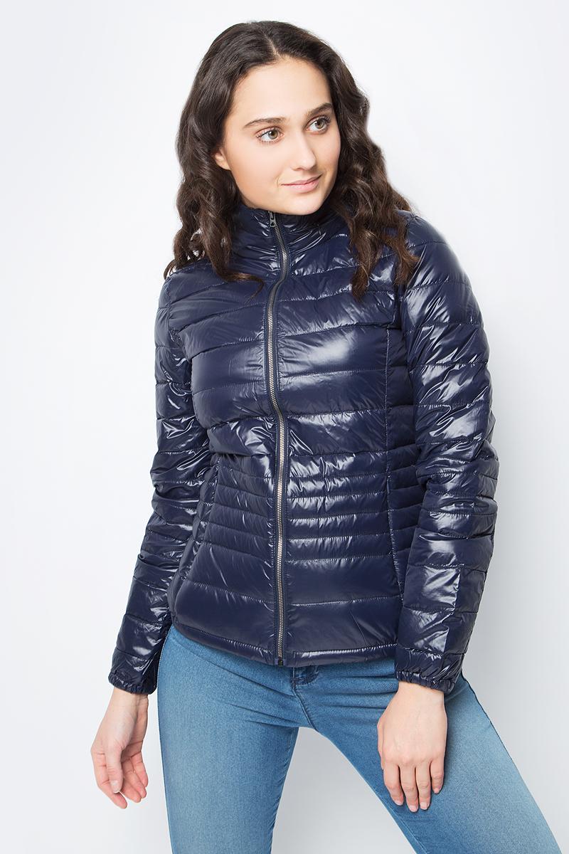 Куртка женская United Colors of Benetton, цвет: синий. 2RQ4533Y4_06U. Размер 50 (52)2RQ4533Y4_06UУкороченная куртка от United Colors of Benetton выполнена из нейлона с утеплителем из пуха и пера. Модель с длинными рукавами и воротником-стойкой застегивается на металлическую молнию, по бокам дополнена втачными карманами на потайных молниях.