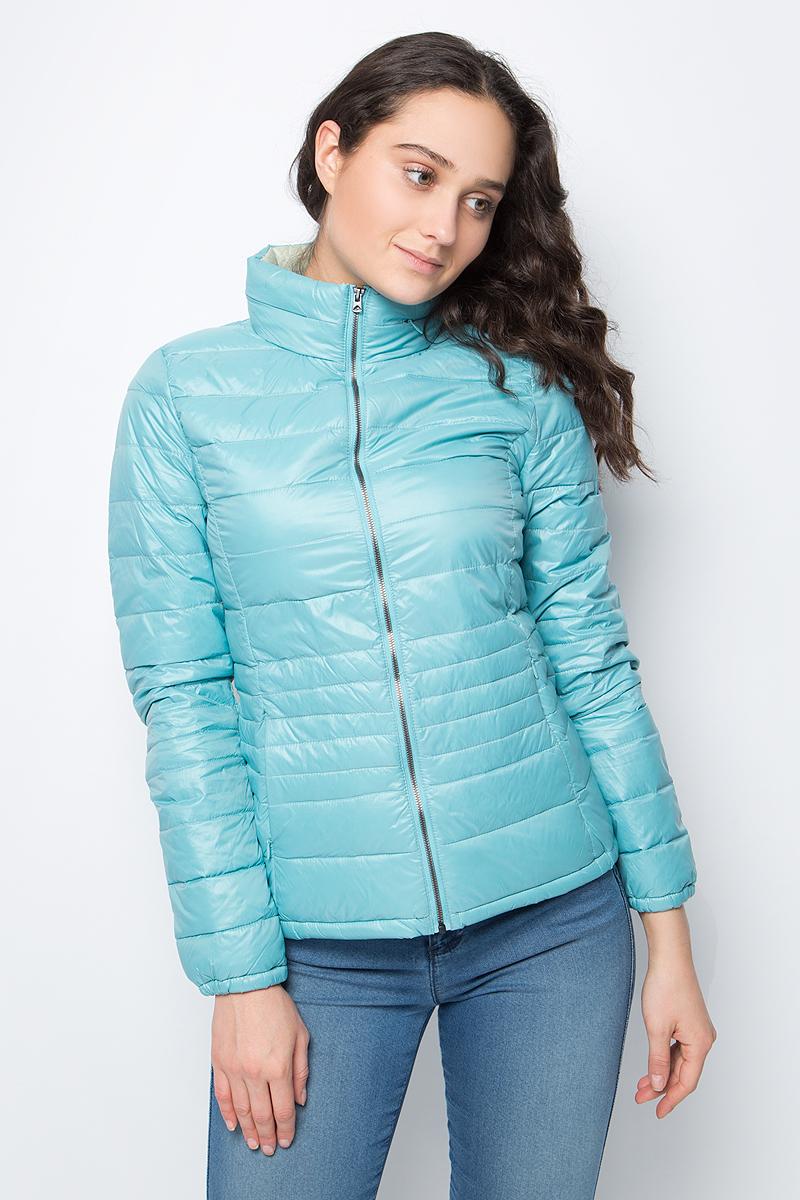 Куртка женская United Colors of Benetton, цвет: голубой. 2RQ4533Y4_3E7. Размер 44 (46)2RQ4533Y4_3E7Укороченная куртка от United Colors of Benetton выполнена из нейлона с утеплителем из пуха и пера. Модель с длинными рукавами и воротником-стойкой застегивается на металлическую молнию, по бокам дополнена втачными карманами на потайных молниях.