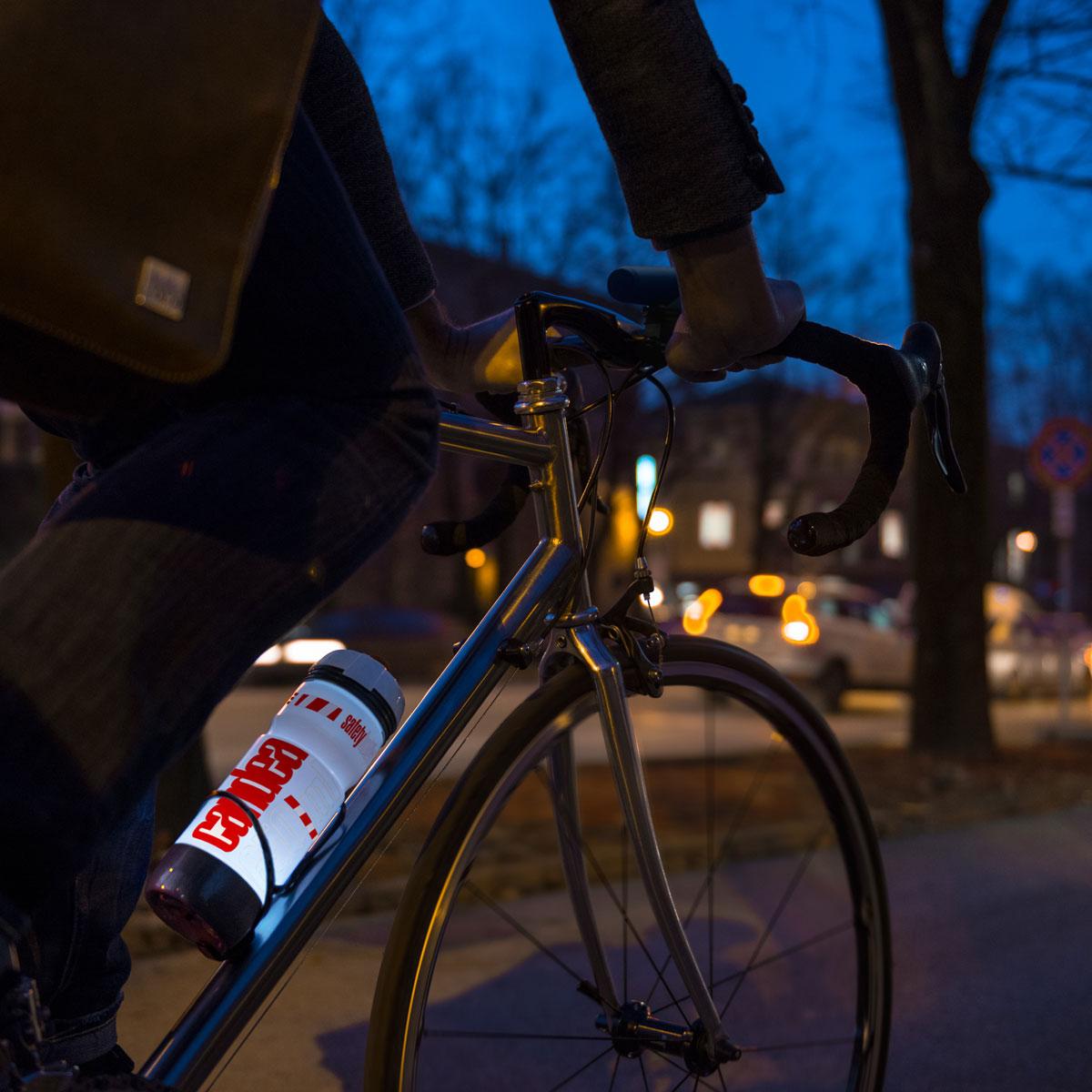 """Велосипедная фляга Elite """"Candea"""" с уникальной встроенной светодиодной системой подсветки MicroLED для максимальной видимости и  безопасности на дороге в темное время суток. Отличительные особенности: Светодиоды MicroLED с низким уровнем потребления энергии Три режима работы светодиодов: максимальная видимость, экономия энергии и мерцающий"""