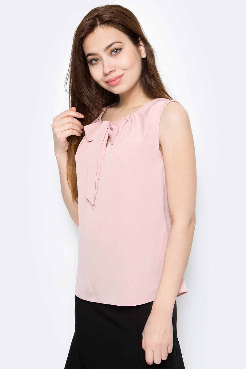 Блузка женская adL, цвет: светло-розовый. 11526886006_026. Размер M (44/46)11526886006_026Стильная женская блузка adL, выполненная из полиэстера, подчеркнет ваш уникальный стиль и поможет создать оригинальный образ. Такой материал великолепно пропускает воздух, обеспечивая необходимую вентиляцию, а также обладает высокой гигроскопичностью. Блузка без рукавов и круглым вырезом горловины. Горловина оформлена декоративными завязками. Такая блузка будет дарить вам комфорт в течение всего дня и послужит замечательным дополнением к вашему гардеробу.