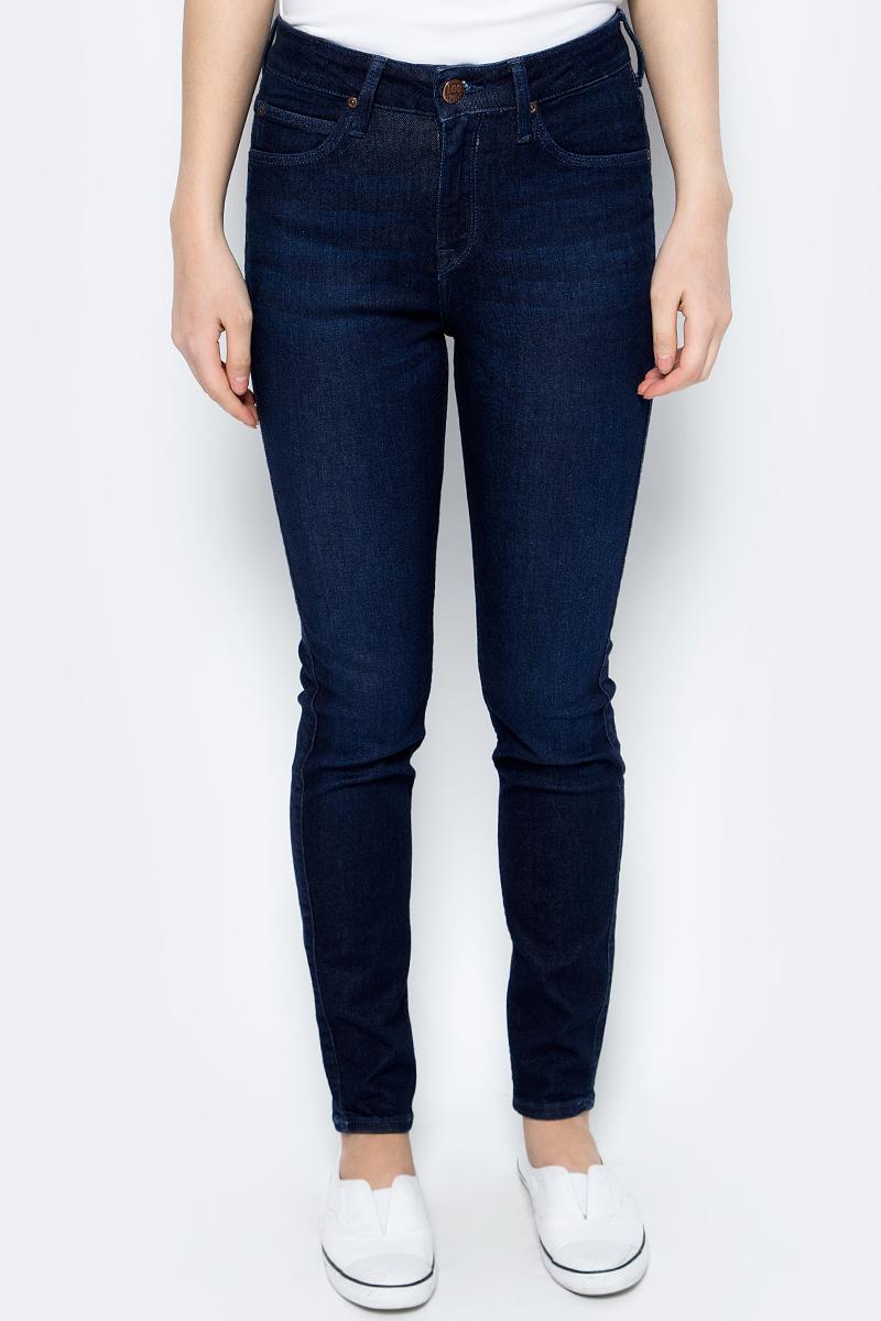 Джинсы женские Lee Scarlett High, цвет: темно-синий. L626RJZP. Размер 32-31 (48-31)L626RJZPЖенские джинсы от Lee выполнены из эластичного хлопкового денима. Джинсы-слим зауженного кроя и завышенной посадки застегиваются на пуговицу в поясе и ширинку на застежке-молнии, дополнены шлевками для ремня. Джинсы имеют классический пятикарманный крой: спереди модель дополнена двумя втачными карманами и одним маленьким накладным кармашком, а сзади - двумя накладными карманами.