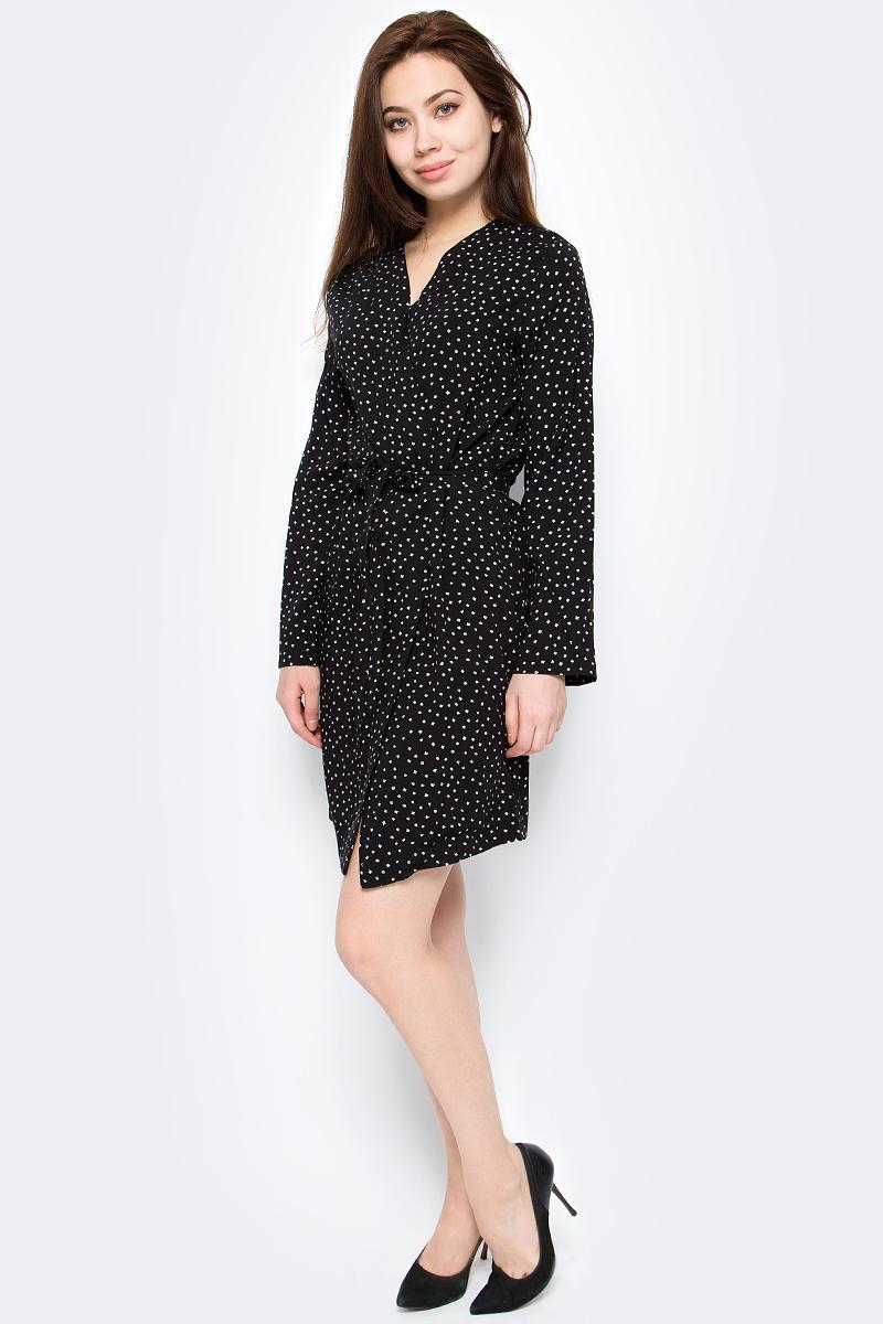 Платье Only, цвет: черный. 15152647. Размер 38 (44)15152647Платье от Only выполнено из 100% вискозы. Модель на запах с длинными рукавами и V-образным вырезом горловины на талии дополнена текстильным поясом.