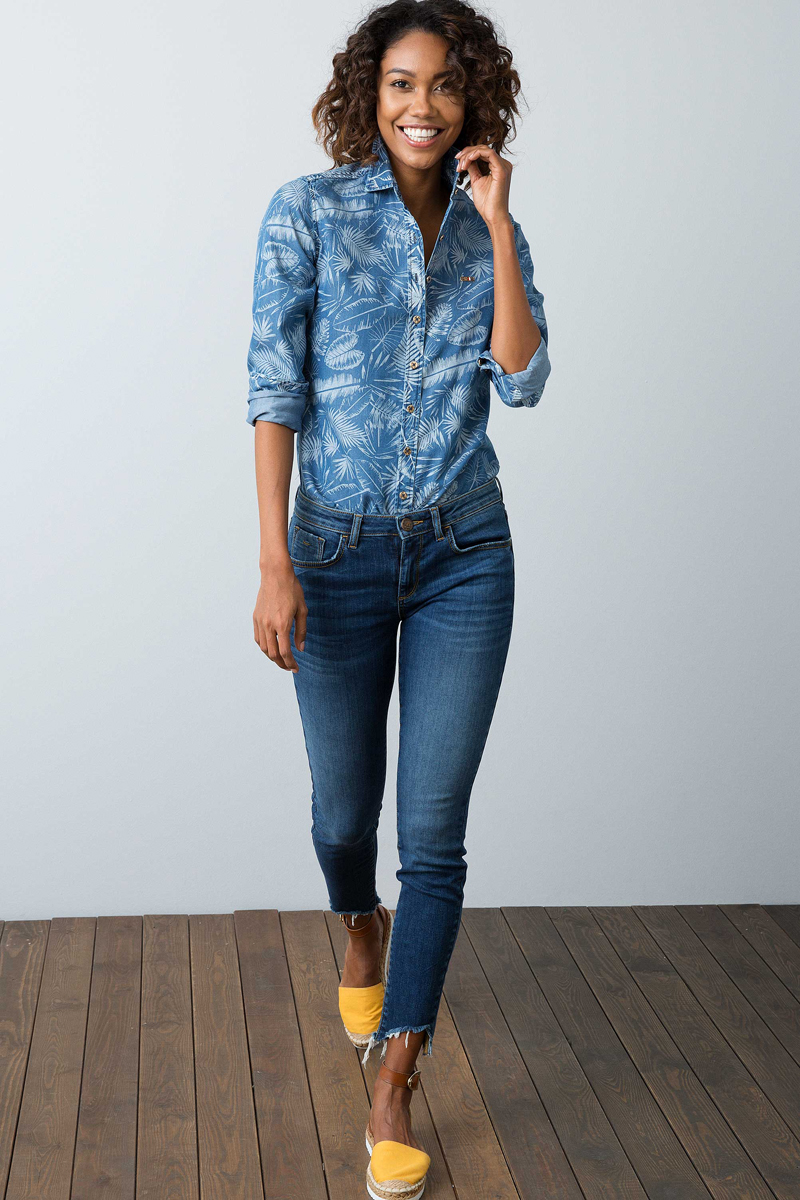 Джинсы женские U.S. Polo Assn., цвет: синий. G082SZ0800GAMY. Размер 34 (42)G082SZ0800GAMYОригинальные женские джинсы U.S. Polo Assn. отлично подойдут для повседневной носки и помогут создать модный современный образ.Модель прилегающего кроя стандартной посадки на талии застегивается на ширинку на застежке-молнии и пуговицу в поясе, дополненном шлевками для ремня. Низ брючин с рваными краями. Джинсы представляют собой классическую пятикарманку: два втачных и накладной карманы спереди и два накладных кармана сзади.Эти модные и в тоже время удобные джинсы станут великолепным дополнением к вашему гардеробу. В них вы всегда будете чувствовать себя уверенно и комфортно.