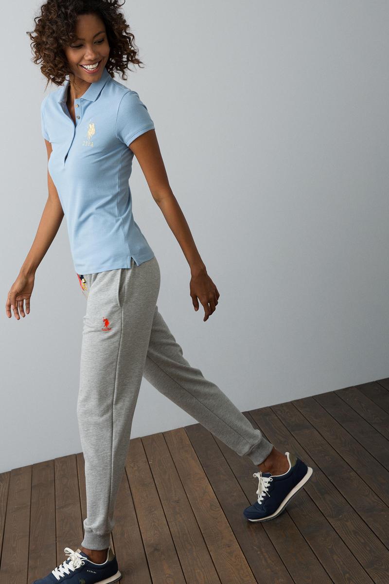 Поло женское U.S. Polo Assn., цвет: голубой. G082SZ0110MTS022IY08-011. Размер XL (50)G082SZ0110MTS022IY08-011Классическая футболка-поло U.S. Polo Assn. разнообразит ваш повседневный гардероб и поможет создать яркий образ. Модель приталенного кроя с короткими рукавами и разрезами по бокам изготовлена из эластичного хлопкового полотна и оформлена вышивкой с символикой бренда. Классический отложной воротничок, застегивающийся на пуговицы, и манжеты рукавов выполнены из мягкой трикотажной резинки.