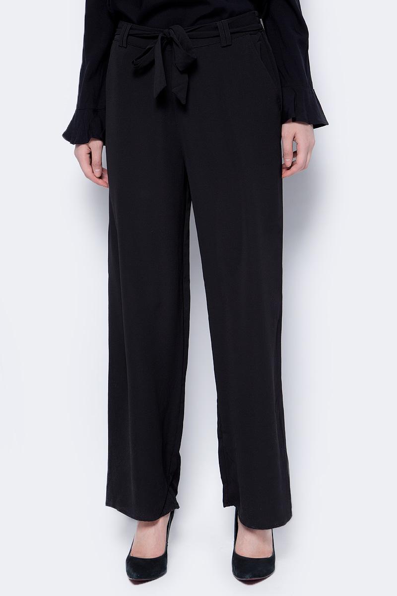 Брюки женские Only, цвет: черный. 15152773. Размер 34 (40)15152773Классические брюки от Only со стрелками выполнены из эластичного полиэстера. Модель свободного кроя в талии дополнена текстильным поясом. А по бокам имеются втачные карманы.