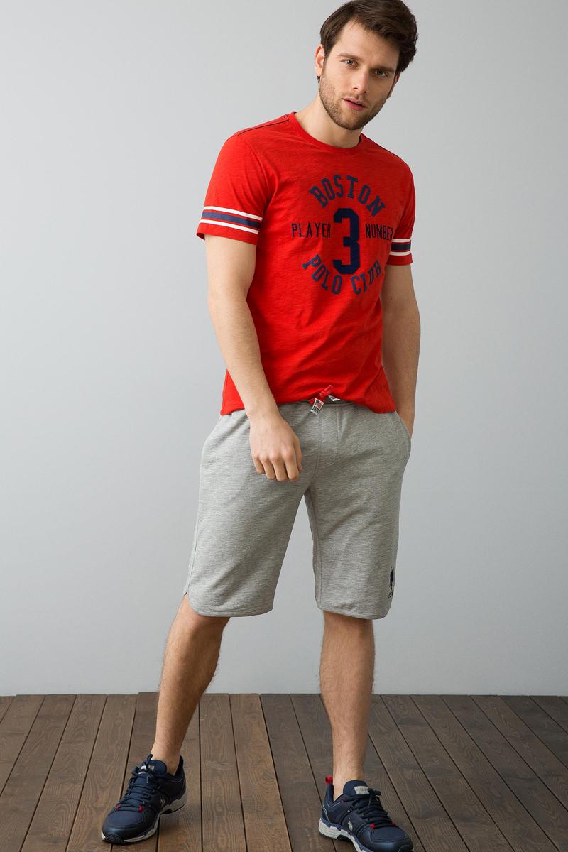 Футболка мужская U.S. Polo Assn., цвет: красный. G081SZ0110ARGOS. Размер S (46)G081SZ0110ARGOSКлассическая футболка U.S. Polo Assn. разнообразит ваш повседневный гардероб и поможет создать запоминающийся образ. Модель свободного кроя с короткими рукавами изготовлена из натурального хлопка и оформлена контрастными полосками, принтованными надписями и нашивкой с цифрой 3. Круглый вырез горловины дополнен мягкой трикотажной резинкой и оформлен контрастной строчкой.