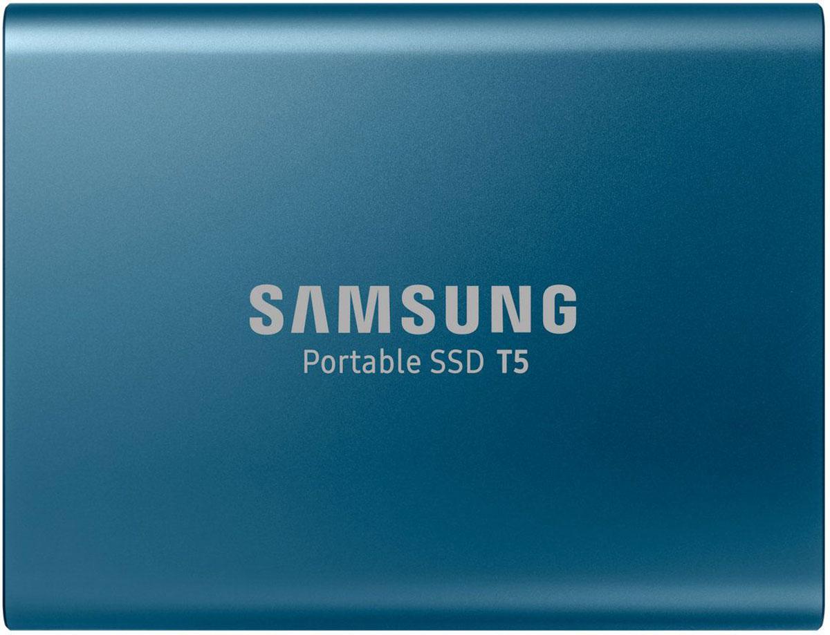 Samsung T5 500GB, Blue SSD-накопитель (MU-PA500BWW)MU-PA500BWWПортативный SSD накопитель Samsung серии T5 поднимает скорость передачи данных на новый уровень и открывает новую страницу в использовании внешней памяти. Благодаря компактной и прочной конструкции, а также паролю на доступ превращают SSD T5 в удобный портативный накопитель с надежной защитой данных.Благодаря Samsung флэш памяти V-NAND и USB 3.1 с интерфейсом 2 поколения, накопитель T5 обеспечивает скорость передачи данных до 540 MБ/с, что в 4.9x быстрее по сравнению с аналогичной характеристикой внешних жестких дисков. Передача и резервирование больших объемов данных, включая файлы видео в формате 4K и фотоснимков высокого разрешения теперь существенно ускорятся.Забудьте о проблемах. Накопитель T5 не имеет движущихся деталей и заключен в прочный металлический корпус; он выдерживает падение с высоты до 2 метров. Опциональная парольная защита доступа с помощью аппаратной реализации алгоритма AES 256 бит обеспечивает надежную защиту ваших персональных и рабочих данных.T5 поставляется с новым встроенным ПО для ПК и Mac, с помощью которого вы легко установите пароль на доступ к накопителю и получите новейшие обновления прошивки. Вы также можете загрузить мобильное приложение для смартфонов и планшетов с ОС Android.