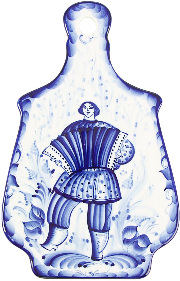 Доска разделочная Гжель и фарфор, цвет: синий, 17 х 26,5 х 0,7 см1563620Гжель — это выдающееся мастерство, непревзойдённый уникальный стиль росписи и наглядный образец наследия народного искусства.Собственный стиль гжели — это синие и голубые узоры, растительный орнамент и витиеватые украшения на белом фоне. Роспись производится кобальтом, который в ходе технологического процесса приобретает характерный для гжели синий цвет. Мастера расписывают каждое изделие только вручную.