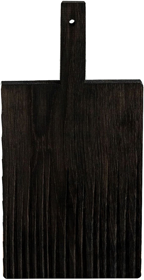 Как известно, деревянную посуду используют в быту испокон веков, а для современной хозяйки это ещё и эстетика, надёжность и экологичность.Разделочная доска изготавливается из натурального дуба, который обладает естественными антисептическими свойствами и является одним из самых прочных материалов. Для финишного покрытия вместо лака используется льняное масло. С помощью естественного морения дереву придают разные оттенки. Благодаря такой обработке не только меняется окраска, но и уничтожается грибок. Такую доску можно мыть даже в посудомоечной машине.