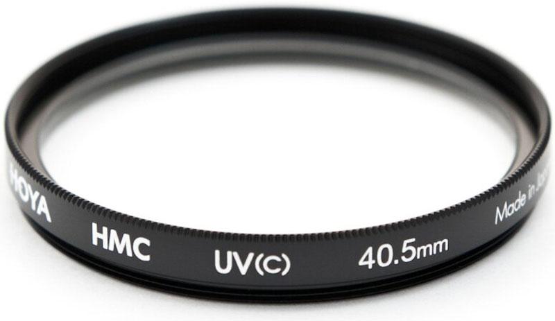 Hoya UV(C) HMC Multi светофильтр ультрафиолетовый (40,5 мм)24066055100Hoya UV(C) HMC Multi - ультрафиолетовый светофильтр с многослойным просветлением защитит ваши снимки отвоздействия невидимого ультрафиолетового излучения, которое часто делает изображение неясным и нечеткимв ясный, солнечный день. Однако его применение намного меньше оказывает влияния на экспозицию, чем приприменении обычных ультрафиолетовых светофильтров благодаря структуре используемого стекла и егопараметрам. Также он рекомендуется к повседневному использованию в качестве защитного светофильтра дляпредотвращения попадания грязи, пыли, капель воды и отпечатков пальцев на линзу объектива.Оправа светофильтра выполнена из алюминиевого сплава, что придает дополнительную защиту объективу.Благодаря более мягкой структуре металла при ударе алюминиевые оправы светофильтров Ноуа поглощаютчасть энергии за счет деформации. Замена светофильтра намного дешевле замены всего объектива.Высококачественное стекло и многослойное просветление MultiCoating (HMC) состоит из нескольких слоев скаждой стороны светофильтра.Применение прозрачного стекла, без железистых примесей с просветлением обеспечивают уровеньсветопропускания практически 100%.