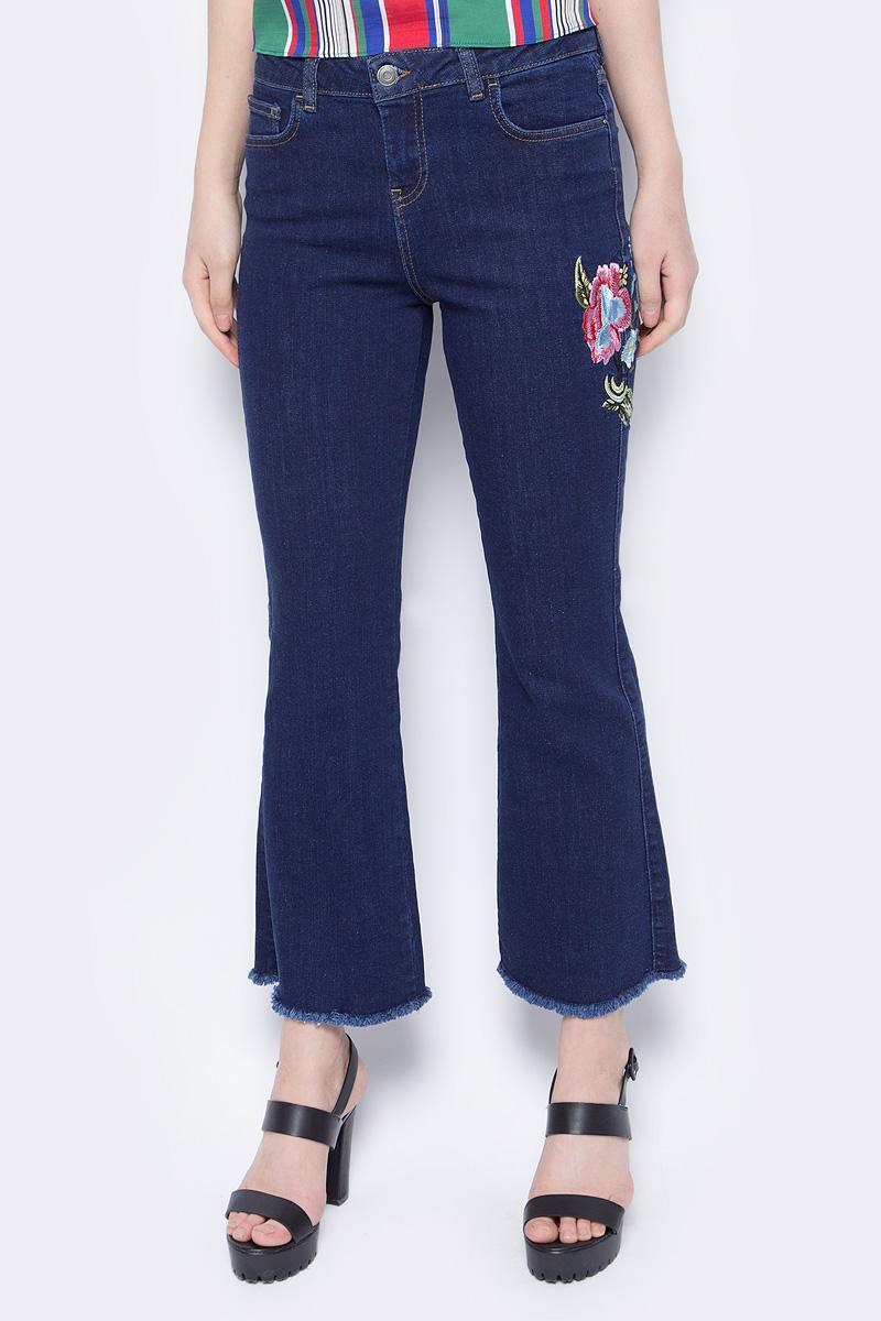 Джинсы женские adL, цвет: темно-синий. 15334067000_018. Размер S (42/44)15334067000_018Удобные джинсы adL помогут создать стильный повседневный образ и подчеркнут все достоинства фигуры. Укороченная модель прямого кроя застегивается на молнию и пуговицу в поясе. Изделие оформлено вышивкой на одной из брючин. Модель представляет собой классическую пятикарманку: два втачных и накладной карманы спереди и два накладных кармана сзади. Эти модные и в тоже время комфортные джинсы послужат отличным дополнением к вашему гардеробу. В них вы всегда будете чувствовать себя уютно и комфортно.