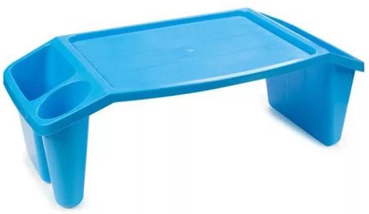 Устойчивая подставка-столик сохранит осанку ребенку и придет на помощь в самых различных ситуациях, ведь с ее помощью так просто: - рисовать, сидя на полу; - кушать в кровати; - играть в игрушки, когда едешь в машине; - смотреть мультики на планшете и т.д.  Три отсека разных размеров по бокам подойдут для хранения канцтоваров, раскрасок, любимых книжек или игрушек. Небольшое углубление в столике не позволит предметам скатываться с него. Пластик, из которого выполнено изделие достаточно прочный, чтобы выдерживать нагрузку во время рисования или прочих занятий за подставкой. Столик легко моется и отличается совсем небольшим весом, поэтому даже малыши смогут переносить его без проблем.