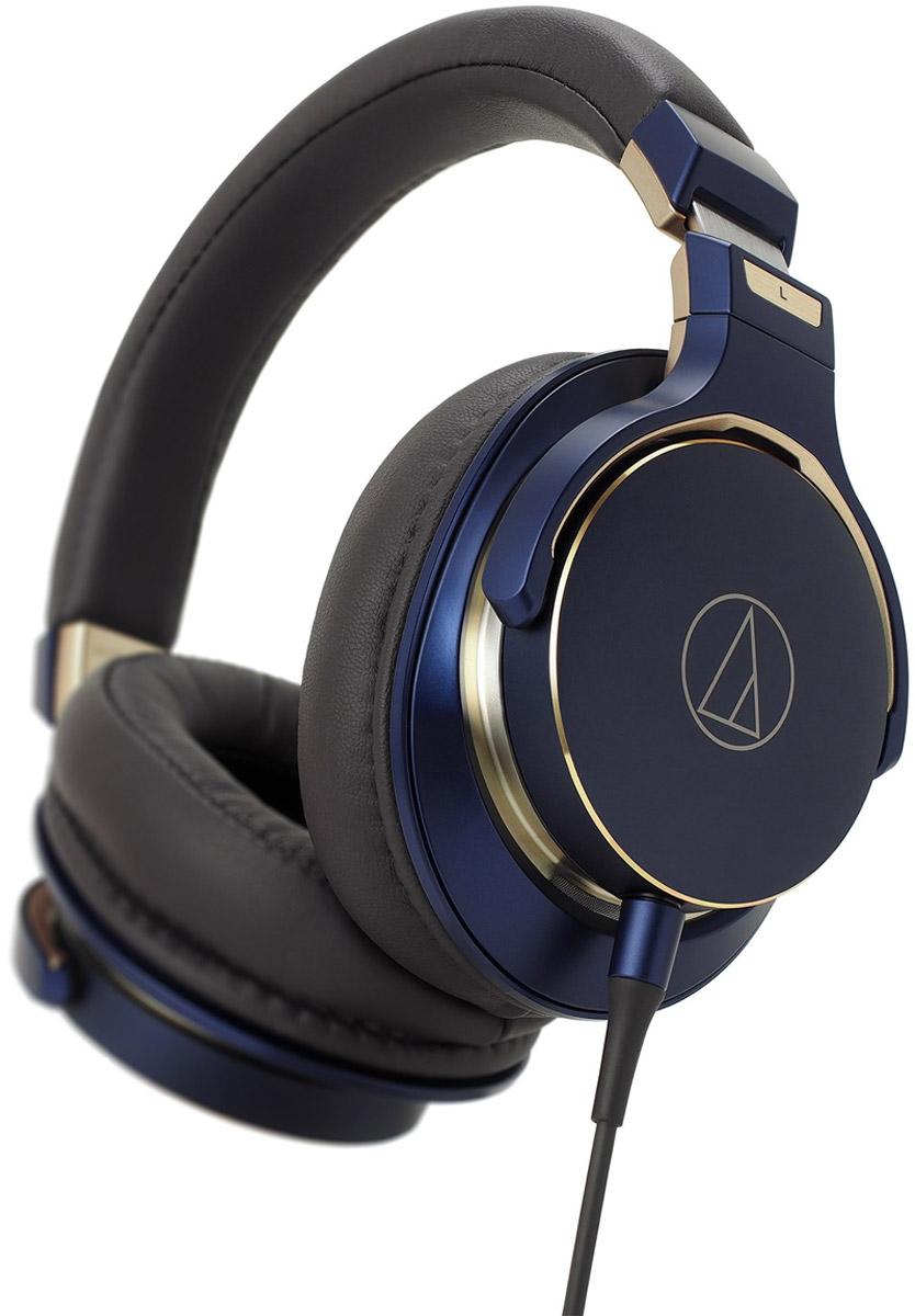 Audio-Technica ATH-MSR7SE наушникиATH-MSR7SEAudio-Technica ATH-MSR7SE - более мощная, боле стильная версия знаменитых ATH-MSR7 в изысканном цвете Navy Blue с изящными золотыми элементами. Строго лимитированно.Специально настроенные драйверы с диафрагмой, покрытой алмазоподобным углеродом, которые также используются в более дорогой модели ATH-SR9, для более точного воспроизведения звука.Эксклюзивный дизайн: наушники выполнены в глубоком цвете Navy Blue с изящными золотыми элементами.Супер-мягкие амбушюры с памятью формы обеспечивают комфортное прослушивание и отличную изоляцию.Кабель из бескислородной меди 6N-OFC с уровнем очистки 99.99997 обеспечивает еще более чистую звукопередачу.В комплекте поставляется полужесткий чехол для удобной транспортировки и хранения.