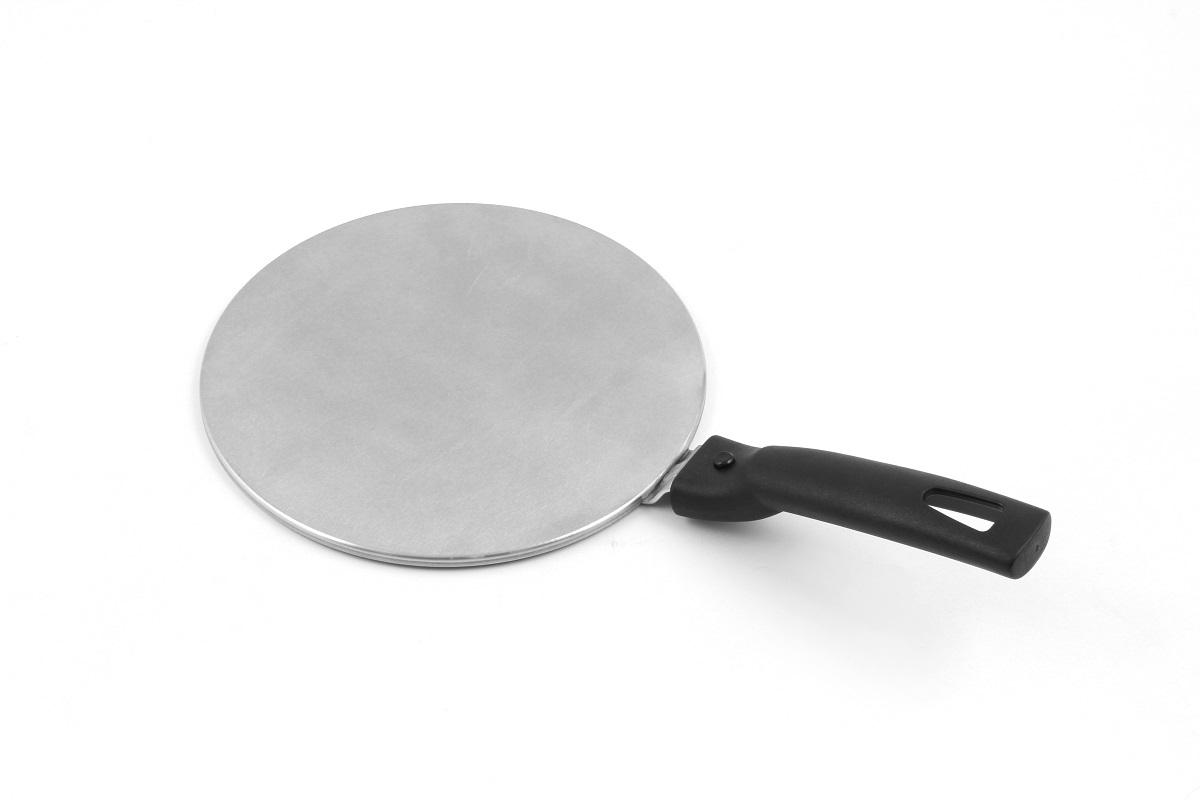 """Адаптер """"TimA"""" позволит не менять всю посуду на подходящую для новой плиты. Любая посуда, не содержащая ферромагниты будет нагреваться на индукционной плите так же как и специализированная. Адаптер представляет собой диск из стального сплава с магнитной вставкой, который и обеспечивает проводимость электромагнитного излучения индукционной плиты. Диаметр диска 19 см, подходит для посуды с аналогичным диаметром дна или меньшим. Использовать адаптер можно в качестве рассекателя пламени на газовых плитах, а также для приготовления пищи в керамической, фарфоровой посуде на стеклокерамических, электрических и газовых плитах. Адаптер оснащен съемной ручкой для удобства хранения и переноски."""