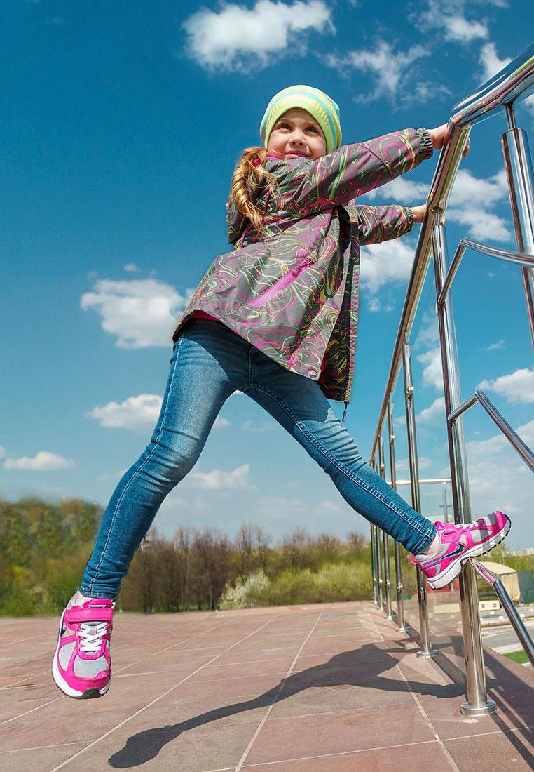 Куртка для девочки Oldos Active Иона, цвет: серый. 3A8JK08. Размер 104, 4 года3A8JK08Функциональная, практичная и яркая куртка 3 в 1 из мембранной коллекции от Oldos Active. Верхняя ткань с мембраной 3000/3000 обеспечивает водонепроницаемость, при этом одежда дышит. Покрытие Teflon повышает износостойкость, а также облегчает уход за ветровкой. Куртка прекрасно защитит от непогоды благодаря продуманному функционалу: капюшону, который отстегивается при необходимости, двойной ветрозащитной планке, манжетам на резинке, регулируемой утяжке по низу куртки. Флисовая подстежка отстегивается и ее можно носить как самостоятельную флисовую кофту: она изготовлена из флиса плотностью 190 г/м2 с двумя карманами и воротником-стойкой. Куртка оснащена карманами на молнии, светоотражающими элементами. Внутри куртки есть нашивка-потеряшка.