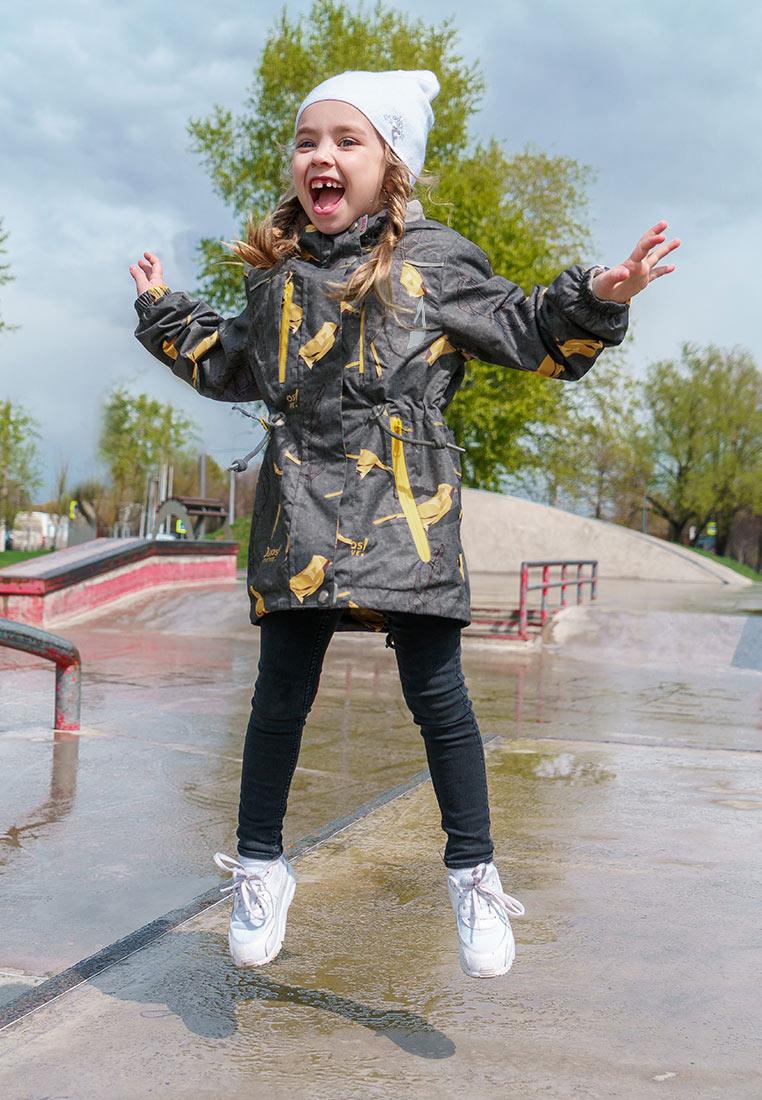 Куртка для девочки Oldos Active Рэйна, цвет: серый, золотой. 3A8JK09. Размер 122, 7 лет3A8JK09Яркая и практичная куртка из мембранной коллекции от Oldos Active. Верхняя ткань с мембраной обеспечивает водонепроницаемость, при этом одежда дышит. Покрытие Teflon повышает износостойкость и облегчает уход. Подкладка- флис, в области груди и спины, плотный полиэстер в рукавах. Такая куртка прекрасно защитит от непогоды благодаря продуманному функционалу: капюшону, который отстегивается при необходимости, двойной ветрозащитной планке, манжетам на резинке и внешней регулировке по талии, регулируемой утяжке по низу ветровки. Куртка оснащена карманами на молнии и светоотражающими элементами. Внутри есть потайной карман, который застегивается на липучку и нашивка-потеряшка.
