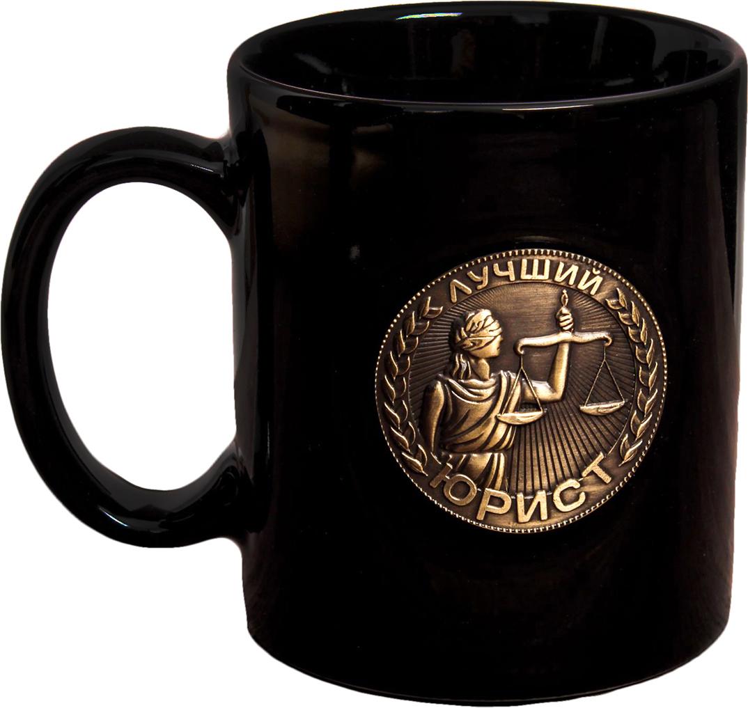 Кружка Лучший юрист, с бляхой, цвет: черный, 300 мл2393796Авторский дизайн, оригинальный декор, оптимальный объём — отличительные черты этой кружки. Налейте в неё горячий свежезаваренный кофе или крепкий ароматный чай, и каждый глоток будет сокрушительным ударом по врагам: сонливости, вялости и апатии!Изделие упаковано в подарочную картонную коробку.