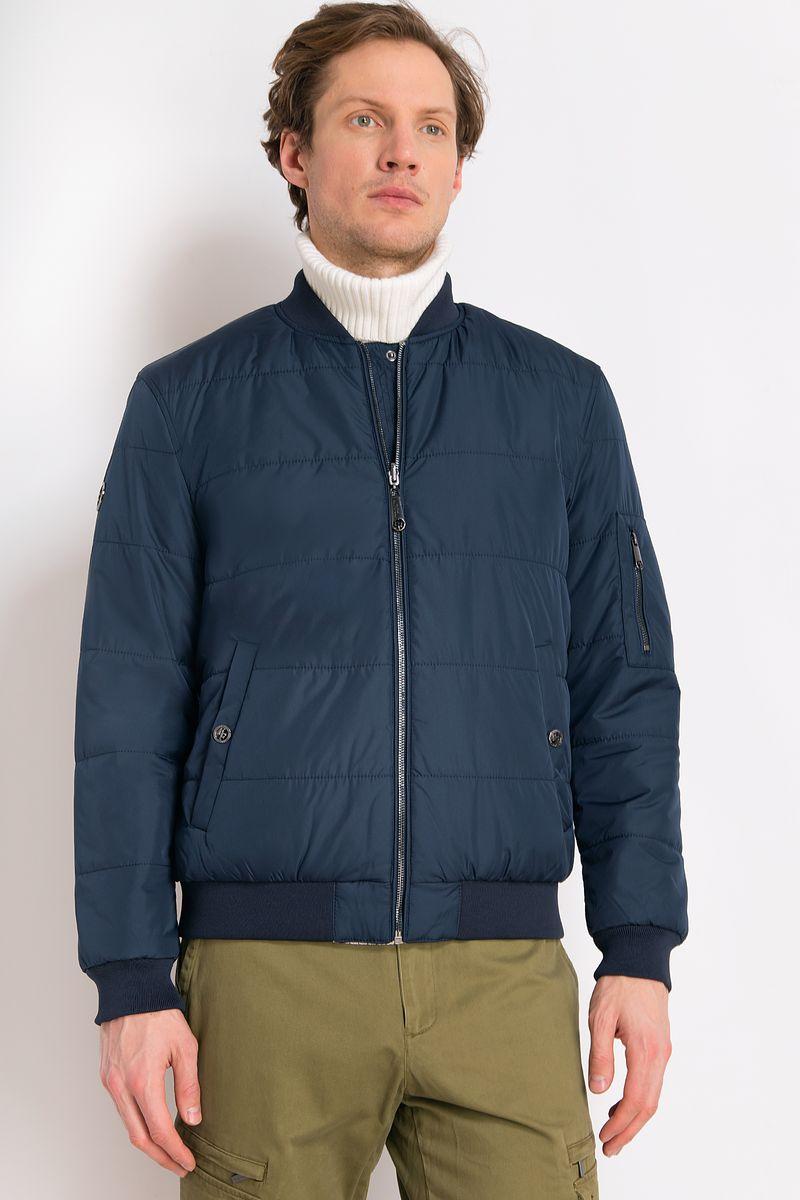 Куртка мужская Finn Flare, цвет: темно-синий. B18-21001. Размер L (50)B18-21001Стильная утепленная куртка спортивного стиля. Куртка изготовлена из смесового материала. У куртки карман на рукаве и прорезные карманы спереди. Куртка застегивается на молнию и кнопки. В куртке вы будете отлично смотреться в любой ситуации.