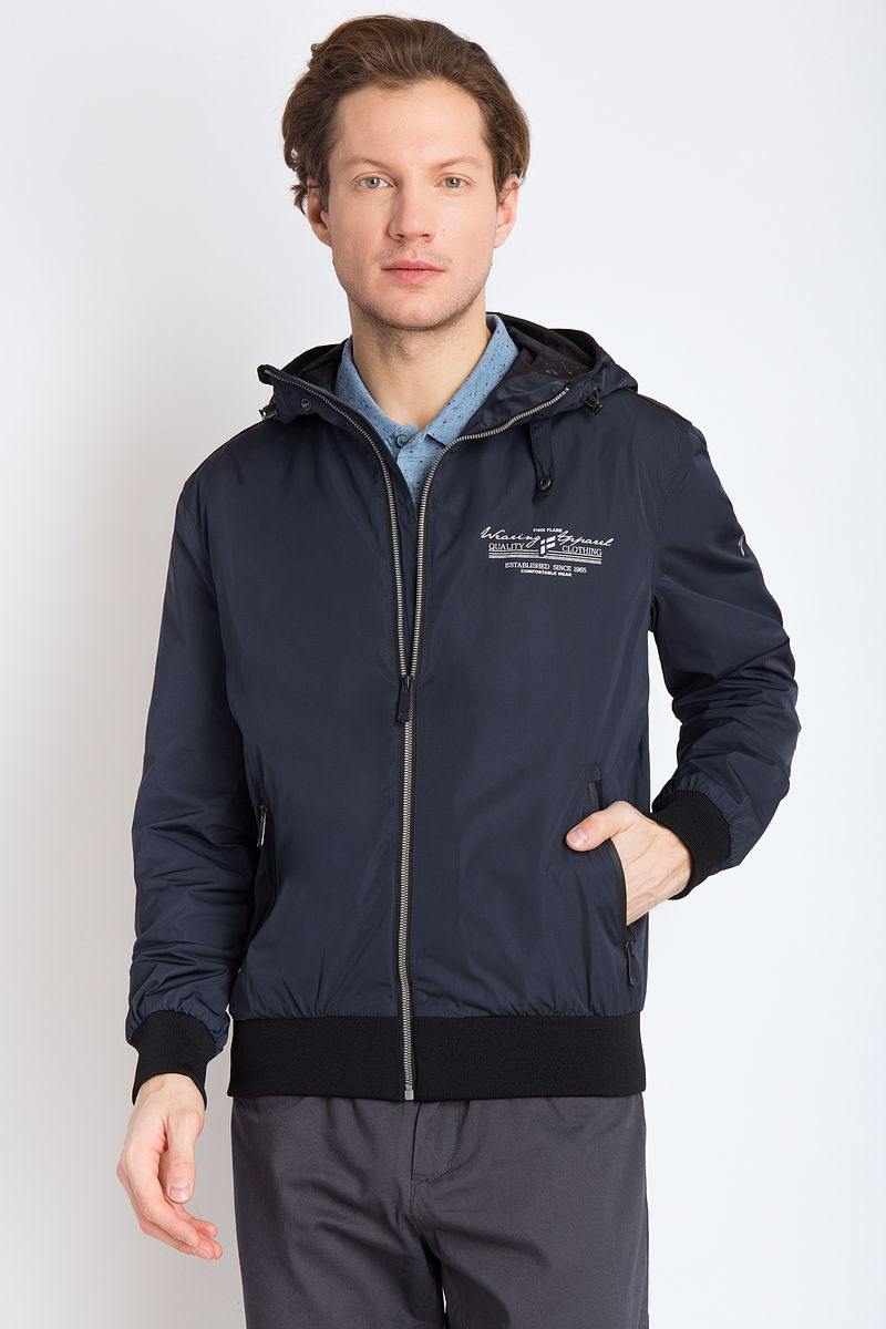 Куртка мужская Finn Flare, цвет: темно-синий. B18-22004. Размер M (48)B18-22004Стильная куртка спортивного типа на подкладке. У куртки есть капюшон. Низ куртки и манжеты рукавов на резинке. Модель изготовлена из полиэстера. В куртке вы будете отлично смотреться в любой ситуации.