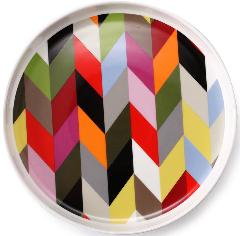 Сервировочная тарелка круглой формы привлекает внимание ярким и необычным дизайном. Выполнена из керамики, без использования примесей, наносящих вред здоровью.  Подходит как для ежедневного применения, так и для торжественных случаев.