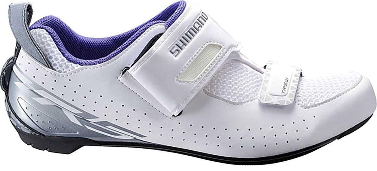 Велотуфли женские Shimano SH-TR500, цвет: белый. Размер 38SH-TR500_женВысокофункциональные туфли для триатлона, предназначенные для ускорения переходов и оптимизации передачи энергии свойства Ремешок T1-Quick и сверхширокое голенище упрощают надевание и ускоряют переходы Асимметричная петля на пятке помогает продевать палец через петлю, чтобы быстро зафиксировать туфлю во время переходов. Воздухопроницаемая сетка 3D для оптимальной вентиляции Покрой, специально предназначенный для женщин, для более естественного комфортного прилегания Легкая нейлоновая подошва, усиленная стекловолокном Модель совместима с шипами SPD-SL и SPD Адаптируемая чашеобразная стелька.