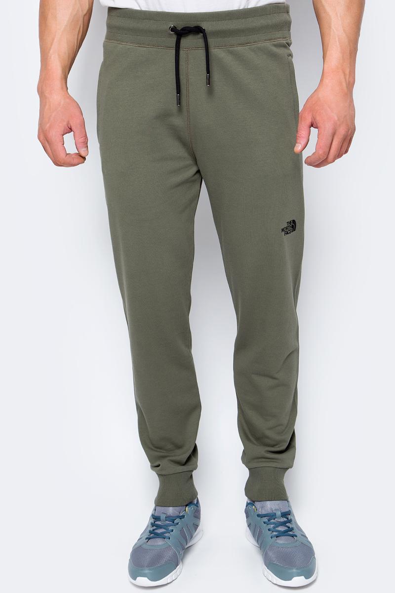 Брюки спортивные мужские The North Face M Nse Light Pant, цвет: хаки. T0CG9221L. Размер M (50)T0CG9221LКомфортные, теплые хлопковые спортивные брюки от The North Face, которые вы можете надеть после тяжелого походного дня. У брюк есть карманы на молнии, куда удобно положить телефон, ключи или кошелек. Эластичный пояс со шнуром позволяет плотно фиксировать брюки на пояснице. Вышитое лого The North Face спереди и сзади добавят горного стиля.