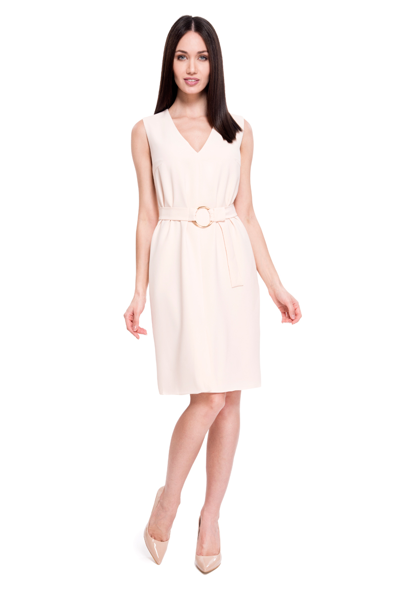 Платье Lusio, цвет: кремовый. SS18-020139. Размер L (46/48)SS18-020139Платье от Lusio выполнено из эластичного полиэстера. Модель без рукавов и с V-образным вырезом декольте на спинке застегивается на потайную молнию, на талии дополнена текстильным поясом.