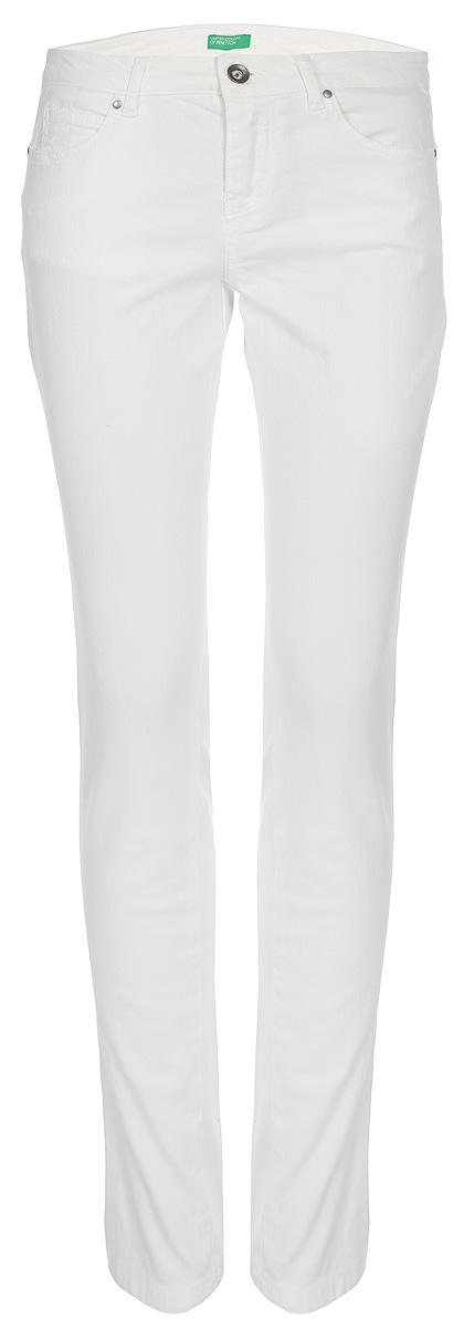 Брюки женские United Colors of Benetton, цвет: белый. 4WP1572V3_674. Размер 40 (42)4WP1572V3_674Брюки от United Colors of Benetton выполнены из эластичного хлопка. Модель зауженного кроя в поясе застегивается на пуговицу и имеет ширинку на молнии и шлевки для ремня. По бокам брюки дополнены втачными карманами и одним маленьким кармашком, сзади – накладными карманами.