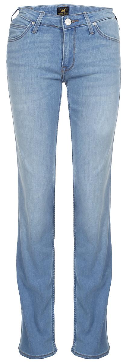 Джинсы женские Lee Marion Straight, цвет: синий. L301HAUF. Размер 31-33 (46/48-33)L301HAUFЖенские джинсы Lee Marion Straight выполнены из высококачественного эластичного хлопка с добавлением полиэстера. Джинсы прямого кроя и стандартной посадки застегиваются на пуговицу в поясе и ширинку на застежке-молнии, дополнены шлевками для ремня. Джинсы имеют классический пятикарманный крой: спереди модель дополнена двумя втачными карманами и одним маленьким накладным кармашком, а сзади - двумя накладными карманами.